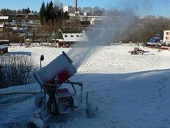 Bez zasněžovacího systému by v Hlinsku stěží lyžovali.