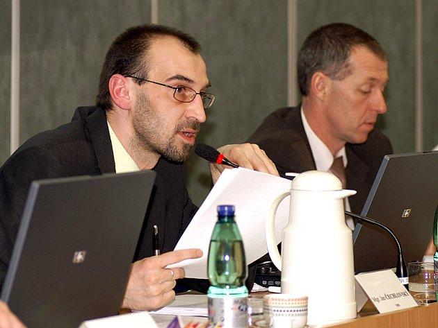 Jednání zastupitelstva řídil starosta Jan Čechlovský (vlevo).