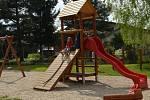SPOLEČENSKÉ CENTRUM s prostornou zasedací místností v Kukli voní novotou. ned vedle centra vyrostlo nové hřiště pro děti.