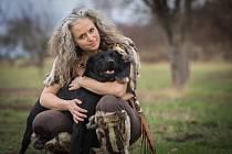 Diana Šlechtová pracuje jako strážník u Městské policie Hrochův Týnec. Je ale také předsedkyní spolku Unie práv zvířat a téměř veškerý svůj volný čas věnuje péči o opuštěné psy.