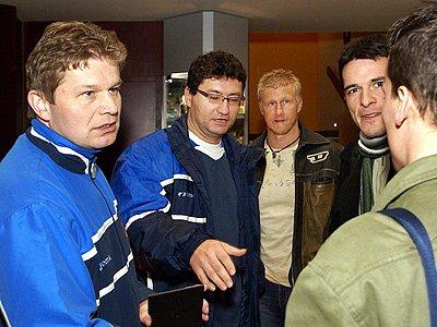 Trenér Tomáš Neumann (zleva) a technický vedoucí futsalové reprezentace Ota Stejskal se zdraví při reprezentačním srazu s Davidem Šimonem a Tomášem Slukou.