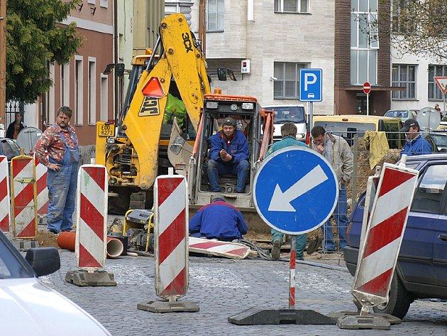 Silnice u sázkové kanceláře a hotelu Alfa v Chrudimi je v těchto dnech kvůli výstavbě kanalizace bytových domů rozkopaná.