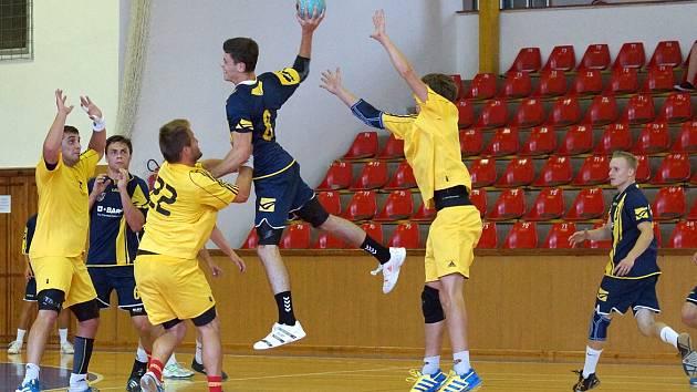 Z exhibičního utkání mezi HC BASF Chrudim (v modrém) a Duklou Praha.