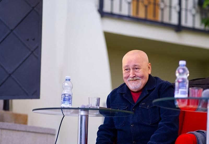 Setkání s herci a dlouholetými protagonisty legendárních postav Jů a Hele, Jiřím Lábusem a Otou Jirákem.