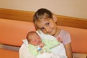 ANTONÍN VERNER (2,77 kg a 49 cm) se narodil 12.8. v 19:53 Liborovi a Kateřině Vernerovým z Pardubic (na snímku v náruči své sestřenice).