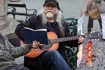 Václav Blabol zahrál u kašny na Resslově náměstí dvě písně.