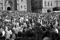 Oslavy 300. výročí salvátorské tradice před arciděkanským kostelem Nanebevzetí Panny Marie dne 8. srpna 1948