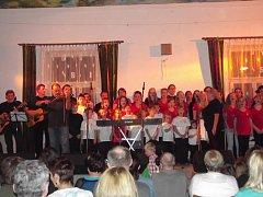 Nezmaři si při koncertě v Rabštejnské Lhotě vyžádali vystoupení pěveckého souboru Klíček a Klíčenky, který má jejich písně ve stálém repertoáru a objevují se i na vydaných CD.