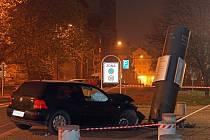 Na křižovatce před muzeem havaroval o půlnoci ze soboty 16. na neděli 17. listopadu automobil řízený osmnáctiletým podnapilým mladíkem, které čelně narazilo do ocelového poutače a vyvrátilo ho.
