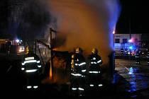 Při požáru v Novém Dvoru u Heřmanova Městce byla popálena jedna osoba.