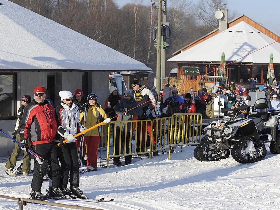 Lyžaři si užívají sněhovou nadílku na hlinecké sjezdovce.