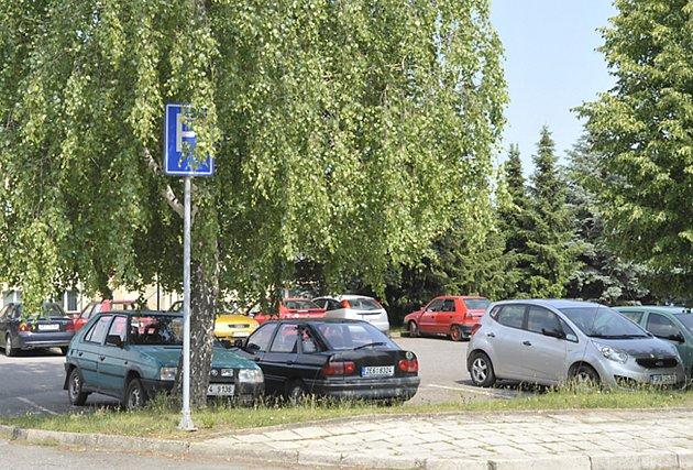 Jedno z parkovišť podél  Sládkovy ulice bylo i v pracovní den téměř plné. Podle místních lidí se těžko hledá volné místo k zaparkování především ve večerních hodinách.