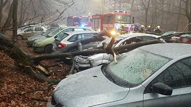 Zafoukalo a vítr spadl na dvě auta