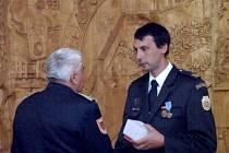 Dobrovolný hasič Kamil Mlateček z SDH Topol obdržel medaili Za odvahu a statečnost.