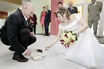 Webeditorka Chrudimského deníku Pavla Mrázková si v sobotu v Ústí nad Orlicí vzala za manžela Jana Janouška.