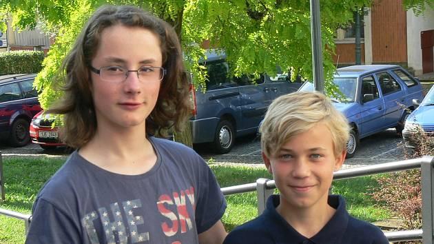 Bratranci Jaroslav Čermák (vlevo) a Petr Košťál se stali během dvou měsíců vicemistry Evropy i světa v jachtingu, lodní třídy RS Feva, v kategorii do 13 let.
