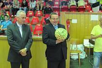 Mistrovství ČR v halové kopané soukromých středních škol zahájil slavnostním výkopem ministr školství Josef Dobeš.