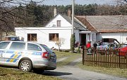 Policie na místě vražedného útoku hlídkovala až do dopadení pachatele.