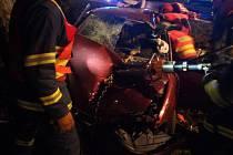 Auto narazilo do stromu mezi Chrudimí a Medlešicemi.