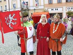 Jeho veličesnstvo Karel IV. s chotí Eliškou Pomořanskou a vlajkonošem.