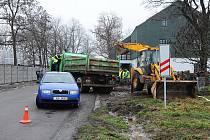 Porucha vodovodního řadu za Slunečním domem ve Slatiňanech odřízla několik okolních obcí od dodávky pitné vody.