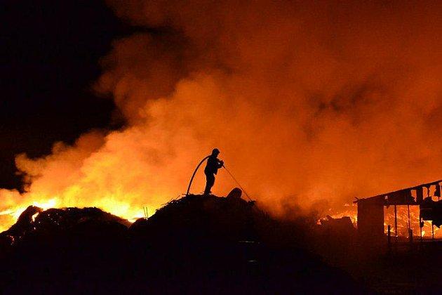 Hasiči z SDH Proseč byli na místě požáru skládky pneumatik v Boru u Skutče jako první.