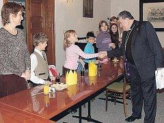 Setkání s biskupem Dominikem Dukou bylo pro školáky mimořádnou událostí.