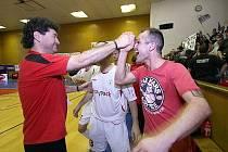 Marek Kopecký se společně s bývalým trenérem futsalového Era-Packu Chrudim Otou Stejskalem (vlevo) raduje ze zisku šestého titulu mistrů ČR.