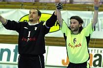 Vítězná děkovačka fanouškům v podání Romana Mareše (zprava) a brankáře Tomáše Mellera.