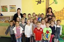 Žáci 1.A ze ZŠ Dr. Peška Chrudim a paní učitelka Vladimíra Vodehnalová.