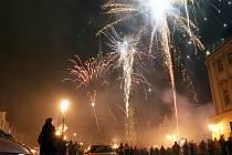 Ohňostroj na chrudimském Resselově náměstí zakončil rok 2008.
