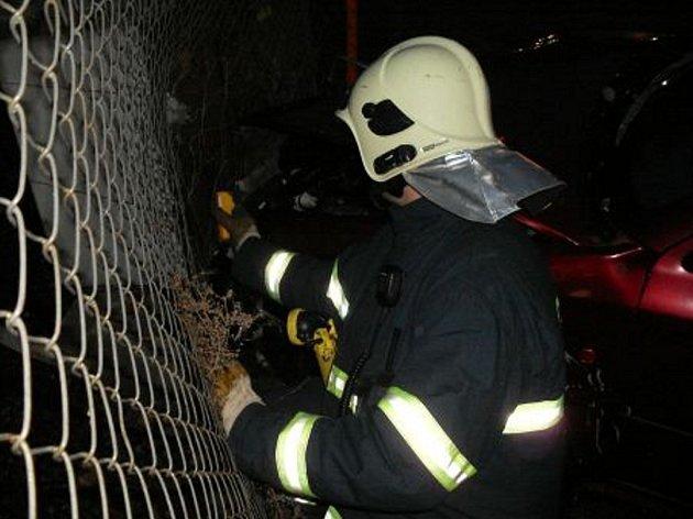 Osobní vozidlo narazilo po srážce s dodávkou do hlavního úzavěru plynu. K úniku plynu naštěstí nedošlo.