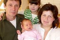 ELIŠKA MIHALI potěšila 4.12. ve 14:01 svou váhou 3,55 kg a mírou 52 cm nejen rodiče Hannu a Ivana Mihali ze Švihova, ale také 7letou sestřičku Vladěnku (celá rodina je na společné fotografii).