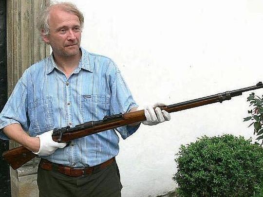 JAN TETŘEV třímá v rukou pušku Mauser M 98, kterou německá armáda používala v obou světových válkách.