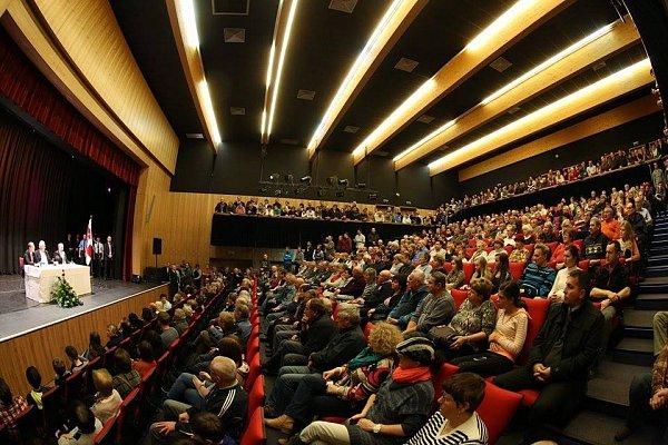 VHlinsku čekal na prezidenta Miloše Zemana zcela zaplněný sál Multifunkčního centra.