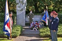 Účastníci pietního shromáždění uctili v pátek v Chrudimi položením květin u pomníku Přísaha v urnovém háji oběti druhé světové války.