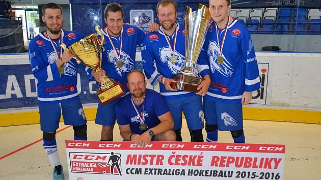 MISTŘI. Zleva: Filip Pecina, Petr Urban, Radek Mašík a Jan Gabriel. V podřepu Jiří Mašík.