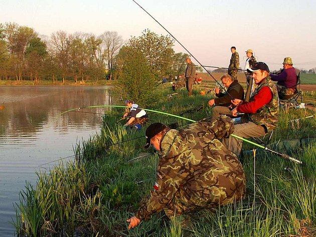 Markovická nádrž v obležení rybářů.