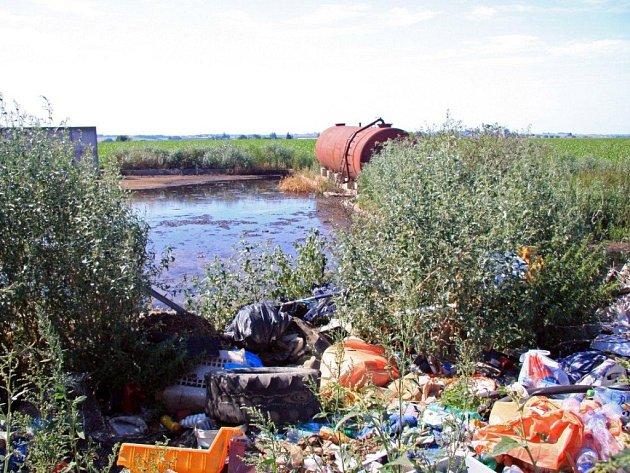 Příjezd k letišti u Nabočan hyzdí hromady odpadků.
