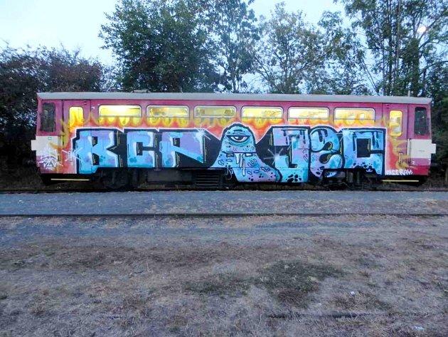Posprejovaný motorový vlak vTřemošnici.