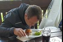 Některým jedlíkům se udělalo ze Surströmmingu špatně...