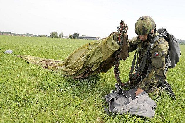 Soutěž armádních výsadkářů Airborne triathlon na letišti v Chrudimi.