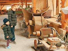 NEJMLADŠÍ návštěvníci mnohdy ani netuší, k čemu vystavené předměty a stroje sloužily. Jasněji už mívají příslušníci starších generací. A když tápou i oni, průvodce jim vše rád vysvětlí.