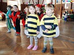 """""""Broučkiáda, aneb co se děje v trávě"""" ve školní tělocvičně v Ronově nad Doubravou."""