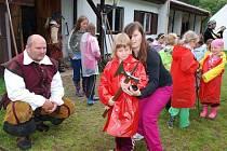 Na děti na táboře v Seči čekalo rozptýlení v podobě šermířských soubojů a ukázek zbraní, které si posléze mohly pod zkušeným dozorem vyzkoušet