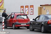 Prodejna Billa v Chrudimi se zpoplatněním parkoviště snaží zaručit stání všem, kteří chtějí nakupovat. Po předložení paragonu se hodina stání vozu nepočítá. Pro mnohé řidiče byl výběrčí peněz nepříjemným překvapením