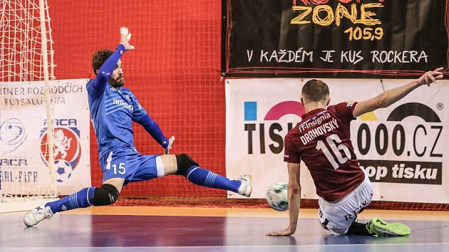 Tomáš Drahovský (v červeném) prostřelil brankáře Litviněnka třikrát, nebyl však zdaleka jediným. Chrudim inkasovala hned desetkrát.