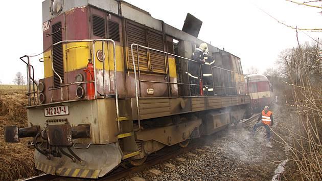 Hasiči bojovali u Vítanova s požárem agregátu, který vypukl za jízdy ve vlaku.