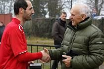 Mecenáš Ivan Hoffmann předal slíbenou prémii v podobě švýcarských hodinek Jiřímu Adámkovi hned po zápase.