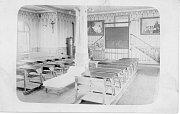 Pohled do třídy na dobové fotografii.
